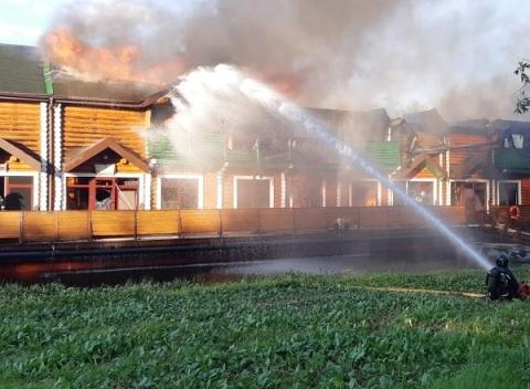 Появилось видео пожара в банном комплексе на Гребном канале