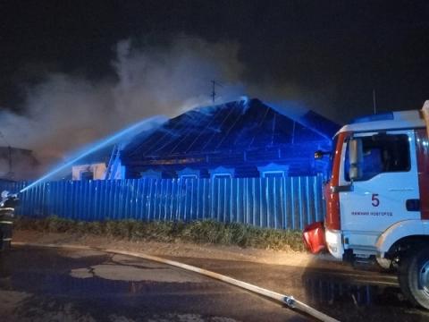 При пожаре жилых домов и автосервиса в Нижнем никто не пострадал