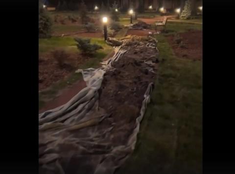 Газон вскрыли на благоустроенной Стрелке в Нижнем Новгороде