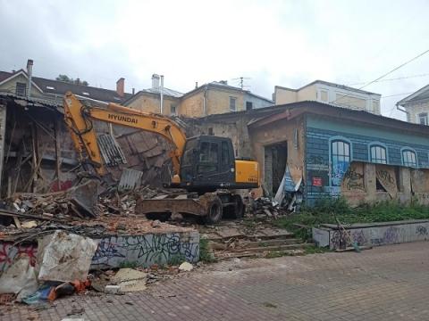 В Нижнем Новгороде сносят здание заброшенного кафе на Рождественской