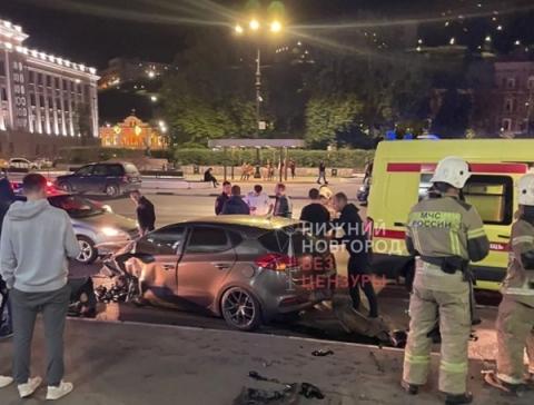 В Нижнем Новгороде стритрейсер на Kia Сeed врезался в здание Речного вокзала