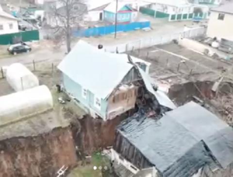 Частный дом разорвало пополам из-за провала грунта в Нижегородской области