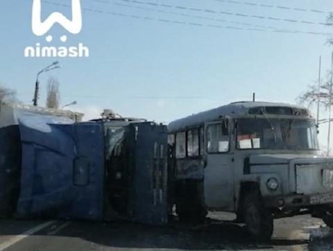 Человек погиб в массовом ДТП с автобусом и фурой на Автозаводе 10 марта