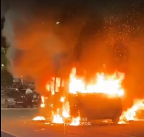 Микроавтобус загорелся на площади Горького