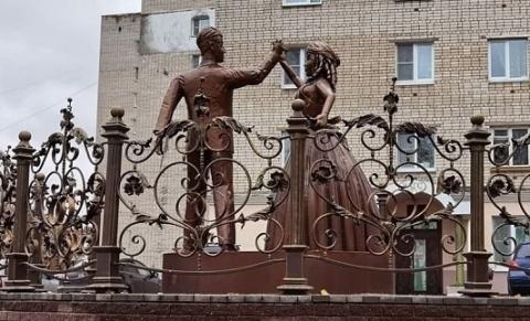 Напугавший нижегородцев памятник молодоженам не планируется демонтировать в Павлове