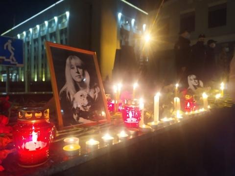 Нижегородцы несут цветы к месту гибели Ирины Славиной