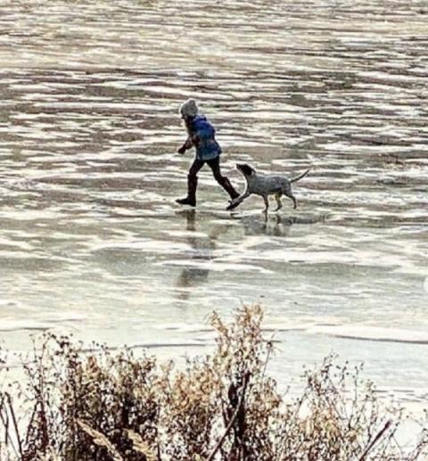 Дети испытывают на прочность тонкий лёд Бурнаковского озера