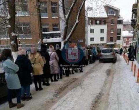 Нижегородки выстроились в огромную очередь к шоу-руму 20 января