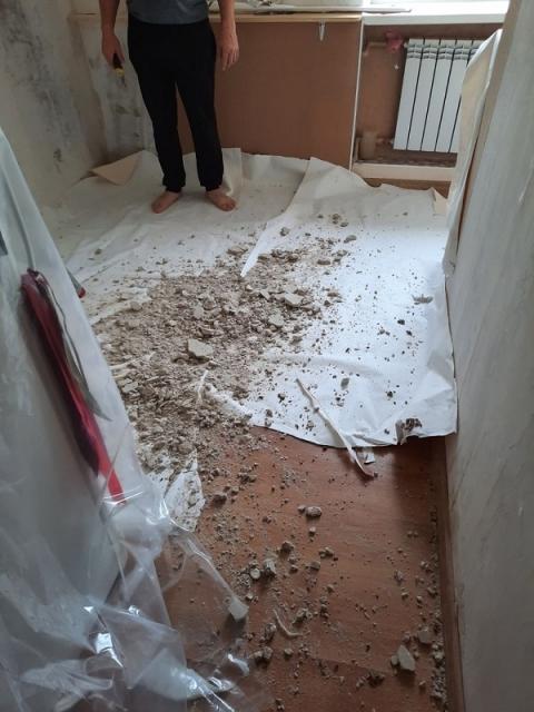 «Капитально страшный капремонт»: поток кипятка обрушил потолок в Дзержинске