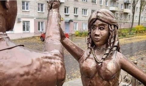Страшный памятник молодоженам появился в Павлове