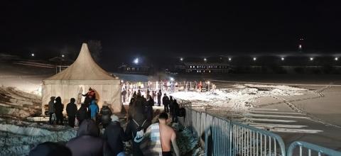 Нижегородцы выстроились в огромные очереди на купание в Крещение