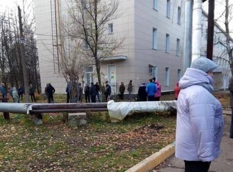Огромные очереди на вакцинацию от COVID-19 образовались в Нижнем Новгороде