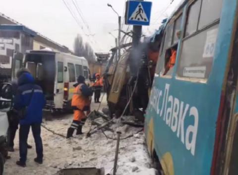 Трамвай сошел с рельсов и врезался в столб в Нижнем Новгороде 20 января