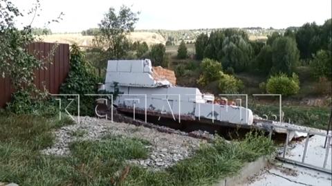Дома в деревне Караулово в Нижегородской области начали уходить под землю