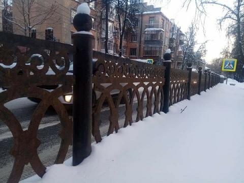 Часть новой ограды в сквере на Звездинке демонтировали после ДТП