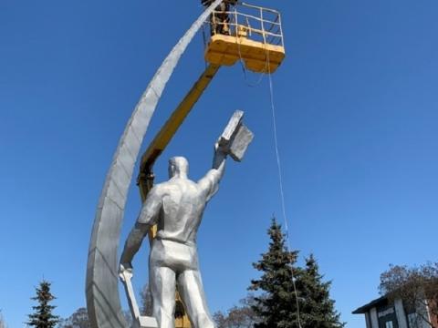 Памятнику Комарову вернули спутник в Нижнем Новгороде