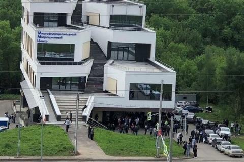 Жители ЖК «Цветы» возмутились размещением миграционного центра на улице Сахарова