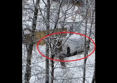 Нижегородским воспитателям пришлось толкать машину с продуктами из сугроба