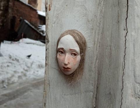 Уличная художница спрятала 15 кукольных голов в центре Нижнего Новгорода