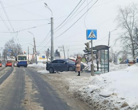 Остановочный павильон снес Mitsubishi Lancer в Нижнем Новгороде