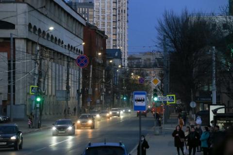 Работу новой системы освещения на улице Варварской оценил Юрий Шалабаев