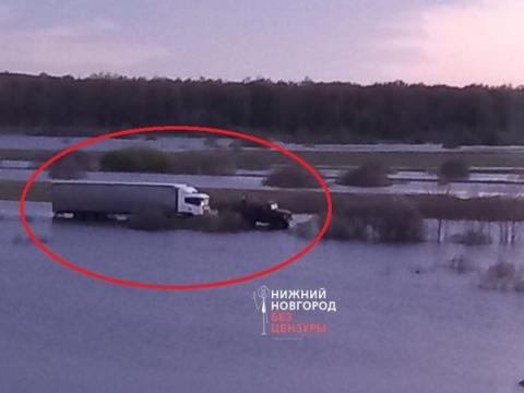 Фура едва не утонула на дороге Павлово-Тумботино