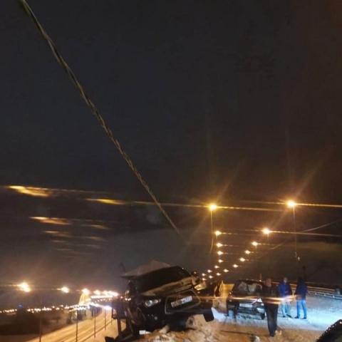 Автомобиль повис на краю Борского моста ночью с 7 на 8 марта