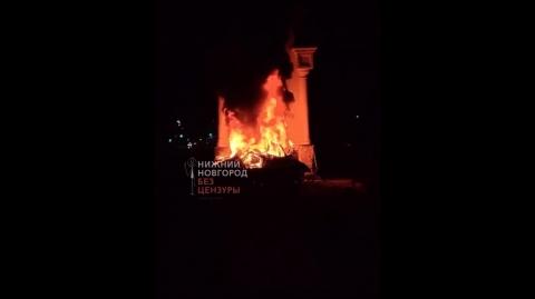 Нижегородец погиб в горящем авто после столкновения со стелой в Дзержинске