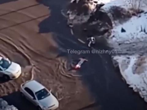 Житель Нижнего Новгорода совершил заплыв на матрасе по затопленной дороге