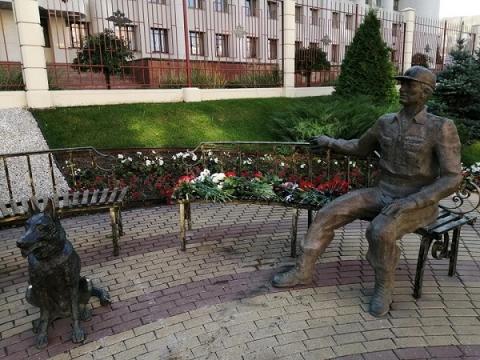 Нижегородцы продолжают нести цветы к месту гибели Ирины Славиной