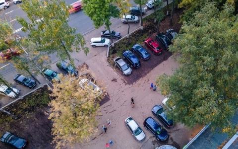 Автомобили паркуются на газонах возле нижегородской «Швейцарии»