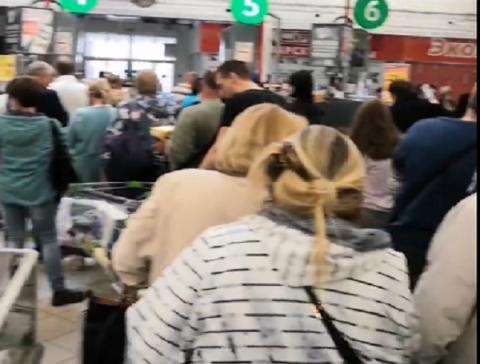 Нижегородцы выстроились в огромные очереди из-за ликвидации гипермаркета