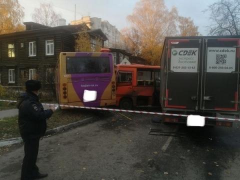 Появилось видео с места ДТП с автобусами и грузовиком в Нижнем Новгороде