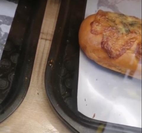 Посетителей пекарни в Нижнем Новгороде возмутил таракан на прилавке