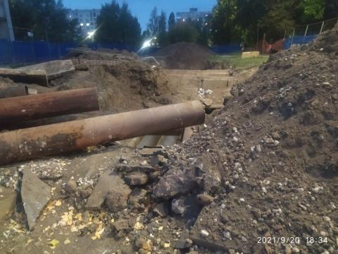 Огромная яма образовалась у школы на Пермякова в Нижнем Новгороде