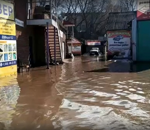 Площадь Сенную затопило в Нижнем Новгороде из-за бесхозной трубы